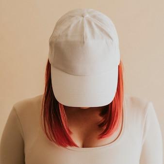 女性の白い帽子のモックアップスタジオショット