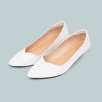 女性の白いローヒールの靴のファッション