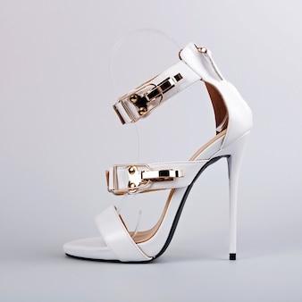 Женские белые босоножки на высоком каблуке