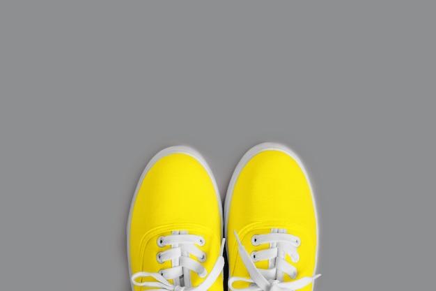 Женские желтые кроссовки на сером