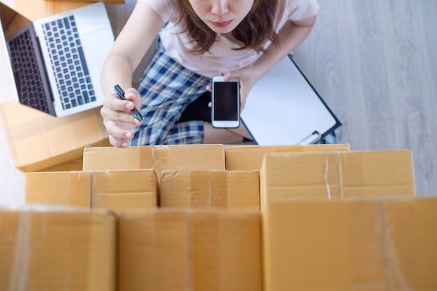 中小企業の所有者として自宅でオンライン作業を販売する女性。