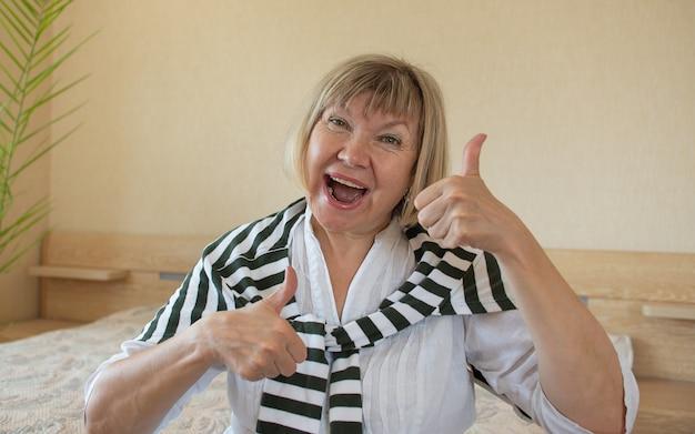 Женщины старшие делают фанк действия седые волосы женщина, улыбка среднего возраста старуха дома внутри, позитивный одинокий пенсионер женщина счастье