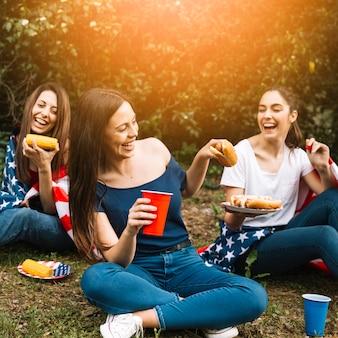 ホットドッグを共有する女性