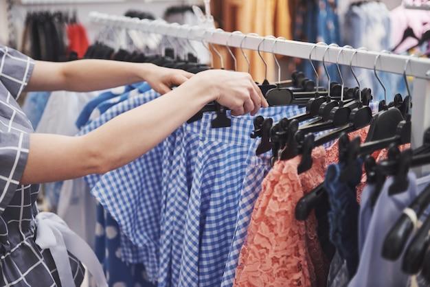 小売店で買い物をする女性