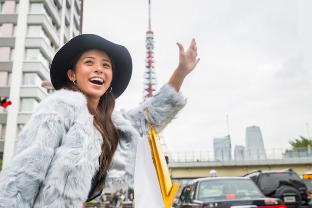 도쿄에서 쇼핑하는 여성