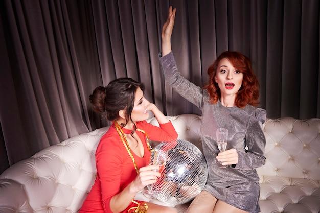 Женщины, проводящие канун нового года в ночном клубе