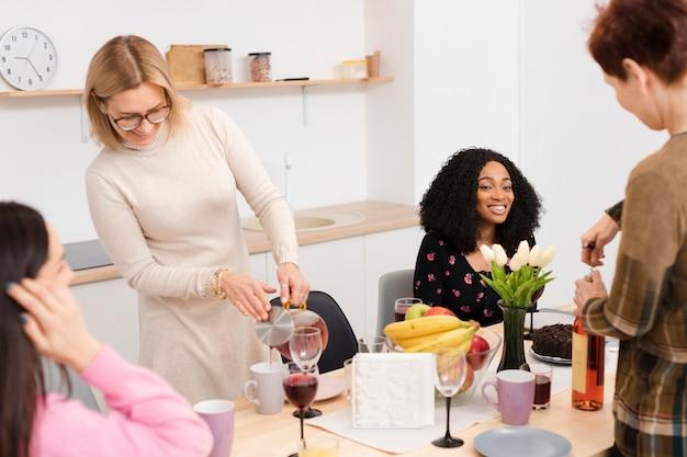キッチンで一緒に時間を過ごす女性