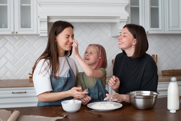 家で娘と一緒に過ごす女性たち