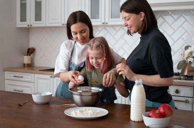 Женщины проводят время вместе со своей дочерью дома