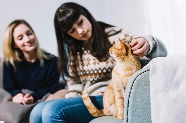 女性が猫と時間を過ごす