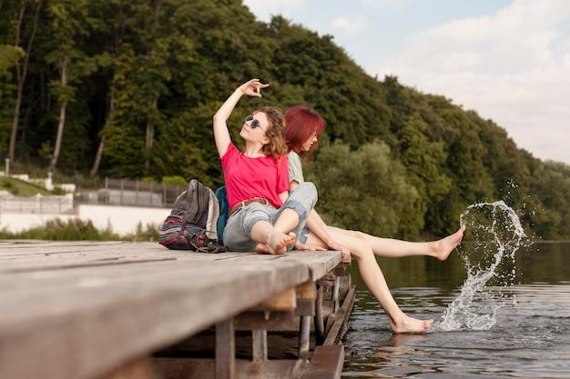 Donne che stanno in banchina e si divertono