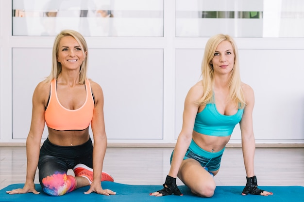 Women stretcing in gym