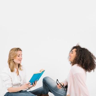 Donne che studiano insieme