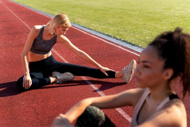 달리기에서 휴식을 취하는 여성