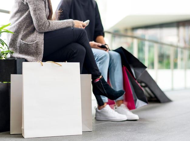쇼핑하는 동안 휴식을 취하는 여성