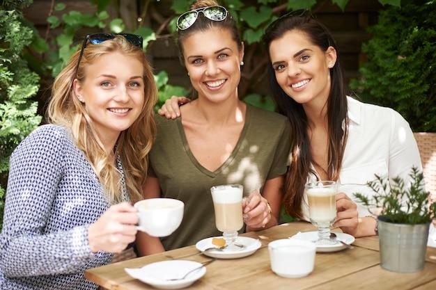 친구와 함께 커피를 마시는 여자