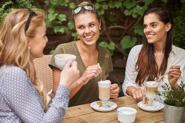 Женщины пьют кофе с друзьями