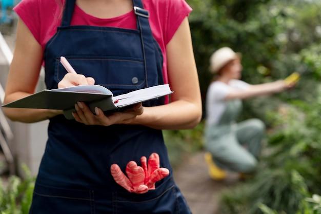 온실에서 식물을 돌보는 여성