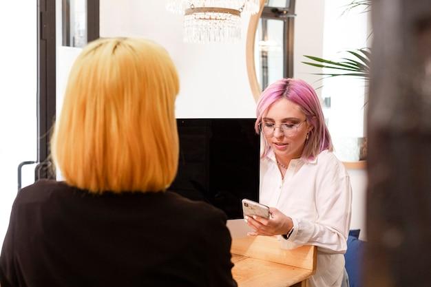 여성은 미용실에서 약속에 대해 이야기합니다.