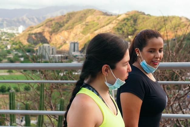 도시에서 훈련하는 동안 보호 마스크 없이 이야기하는 여성