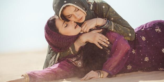 砂漠で喉が渇いた女性