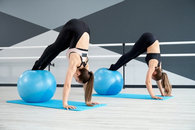 フィットネスボールを使用して腹筋をトレーニングする女性
