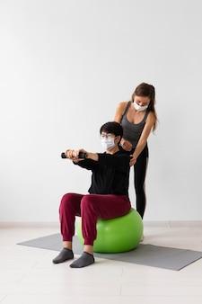 Donne che si allenano insieme dopo il coronavirus con maschere mediche