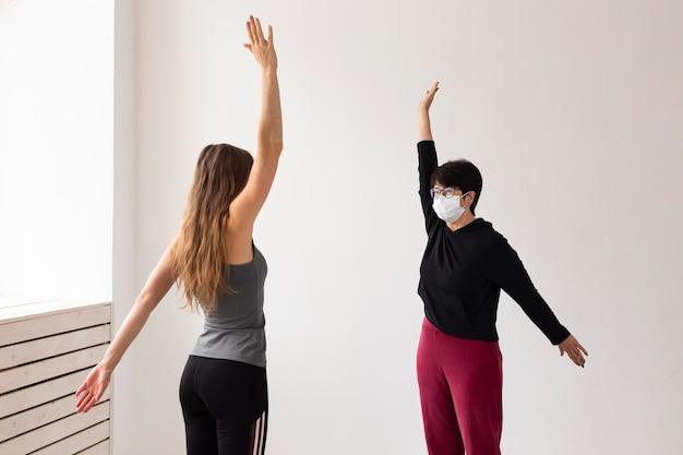 コロナウイルスの後に一緒に訓練する女性