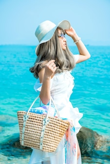 여성들은 여름에 바다와 해변에서 혼자 여행합니다. 슬프고 외롭다.