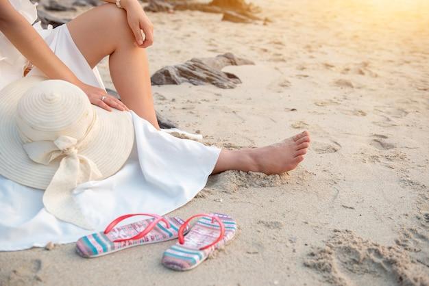 夏は女性が一人で海やビーチを旅します。チョンブリタイでの休暇。