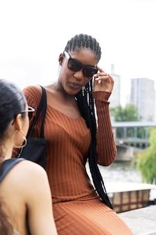 파리에서 함께 여행하고 즐거운 시간을 보내는 여성