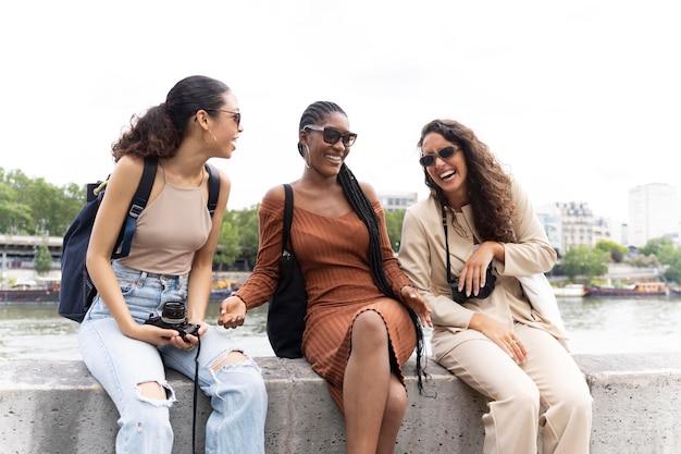 Donne che viaggiano e si divertono insieme a parigi