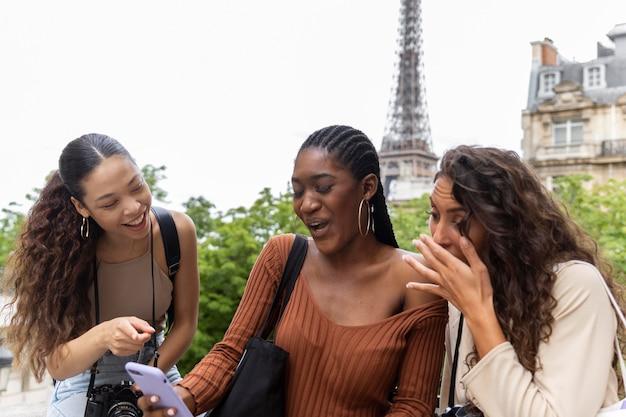 Donne che viaggiano insieme in francia