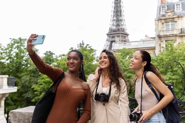 프랑스에서 함께 여행하는 여성