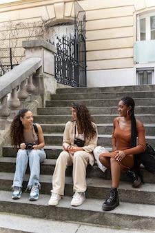 フランスで一緒に旅行する女性