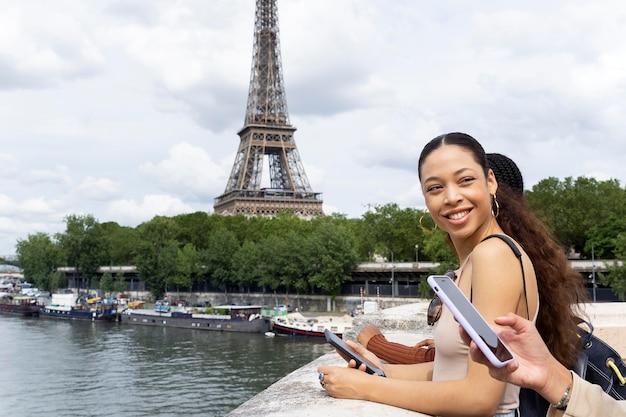 パリで一緒に旅行する女性