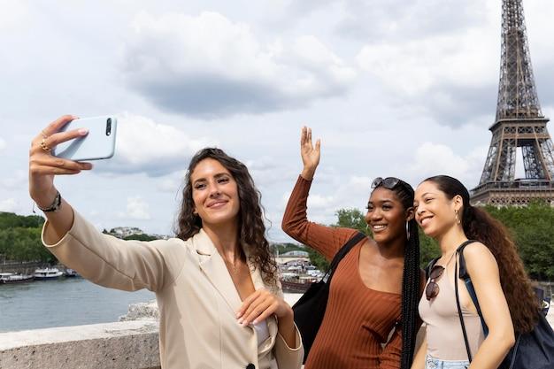 파리에서 함께 여행하는 여성