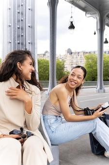 Donne che viaggiano insieme a parigi