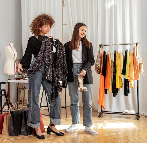 店内で洋服を試着する女性