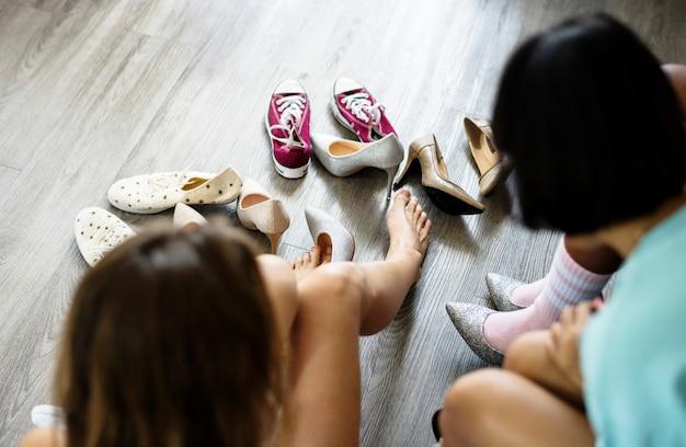 Женщины примеряют новые туфли