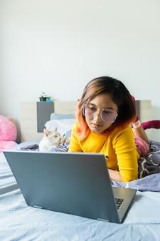 Женщины используют ноутбук, работая дома.