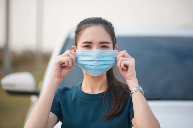 Женщины используют медицинскую маску для предотвращения коронавируса covid19