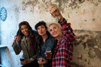 Женщины используют мобильный телефон Selfie Photo