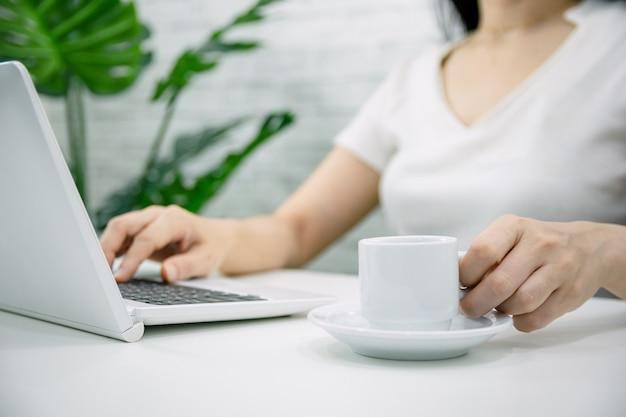 컴퓨터 온라인 비즈니스에서 일하는 여성