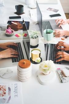 オフィスでデジタル機器を使用している女性