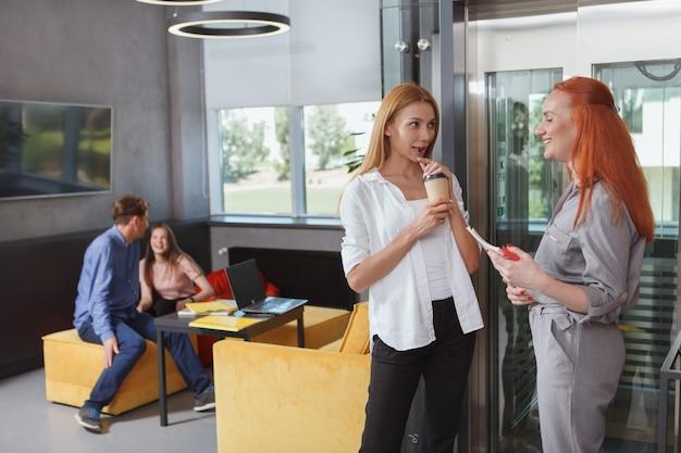 Женщины, использующие лифт на своем рабочем месте