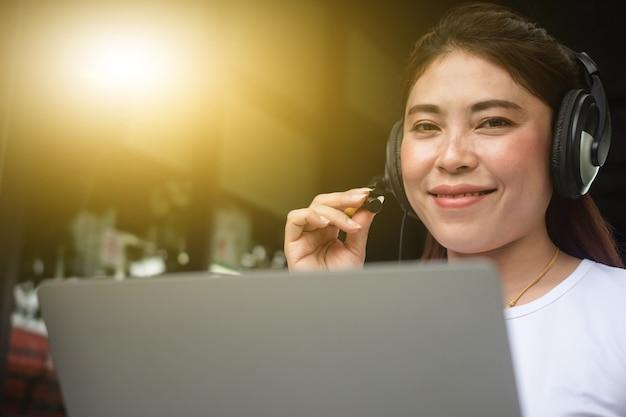 女性のビデオ通話会議オンラインコンピュータは自宅で仕事をします