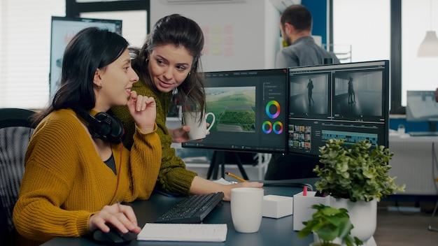현대 시작에 앉아 블로거의 콘텐츠 팀을 만드는 비디오 프로젝트를 편집하는 여성 비디오 작가 ...