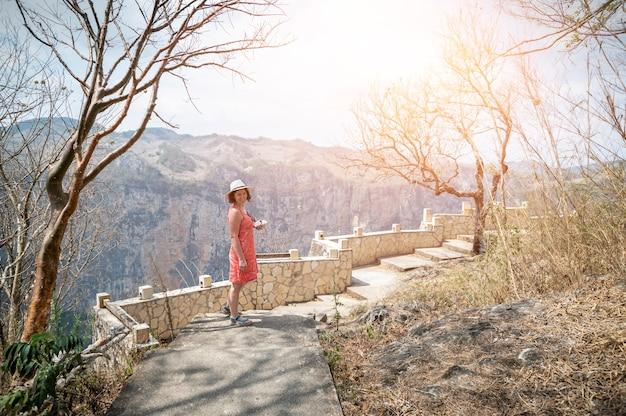 女性はメキシコの山を歩きます。高品質の写真