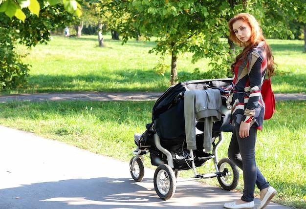 여성 산책 유모차 여름